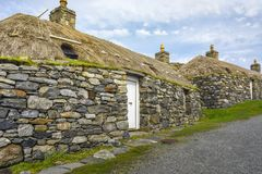 CARLOWAY STORBRITANNIEN - AUGUSTI 17: Gearrannan Blackhouse bymuseum på Harris och Lewis Island, yttre Hebrides, Skottland royaltyfri foto