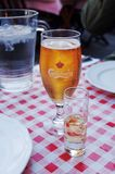 Carlsberg piwo & aquavit w restauracji fotografia stock