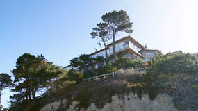 CARMEL, ΚΑΛΙΦΟΡΝΙΑ, ΗΝΩΜΕΝΕΣ ΠΟΛΙΤΕΊΕΣ - 6 ΟΚΤΩΒΡΊΟΥ 2014: όμορφα σπίτια στο γήπεδο του γκολφ παραλιών χαλικιών, το οποίο είναι μ στοκ φωτογραφίες