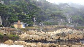 CARMEL, КАЛИФОРНИЯ, СОЕДИНЕННЫЕ ШТАТЫ - 6-ОЕ ОКТЯБРЯ 2014: красивые дома на поле для гольфа Pebble Beach, которое часть  стоковое фото rf