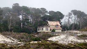 CARMEL, КАЛИФОРНИЯ, СОЕДИНЕННЫЕ ШТАТЫ - 6-ОЕ ОКТЯБРЯ 2014: красивые дома на поле для гольфа Pebble Beach, которое часть  стоковые изображения rf