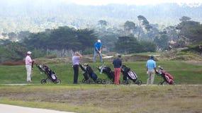 CARMEL, КАЛИФОРНИЯ, СОЕДИНЕННЫЕ ШТАТЫ - 6-ОЕ ОКТЯБРЯ 2014: товарищество играя на поле для гольфа Pebble Beach, которого часть  стоковая фотография