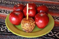 Carmel-Apfel mit besprüht Lizenzfreie Stockfotografie