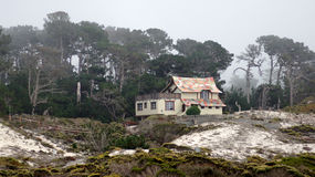 CARMEL, CALIFORNIA, ESTADOS UNIDOS - 6 DE OCTUBRE DE 2014: casas hermosas en el campo de golf de Pebble Beach, que es parte de Imágenes de archivo libres de regalías