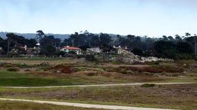 CARMEL, KALIFORNIA STANY ZJEDNOCZONE, OCT, - 6, 2014: piękni domy przy otoczakiem Wyrzucać na brzeg pole golfowe który jest częśc zdjęcia stock