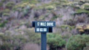 CARMEL KALIFORNIEN, FÖRENTA STATERNA - OKTOBER 6, 2014: Undertecknar sceniskt drev för 17 mil drev in den Stillahavs- dungen Arkivbild