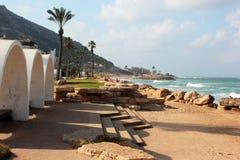 Carmelberg en zandig strand in Haifa, Israël stock afbeelding