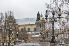 Carmelite Kirche und Adam Mickiewicz-Monument in Warschau, Polen Lizenzfreie Stockfotografie