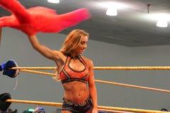 Carmella, DIVA van WWE NXT, en de Prinses van Staten Island-golven Stock Afbeelding