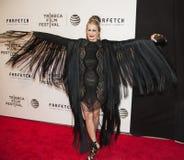 Carmen Busquets Makes eine Vogel ähnliche Mode-Aussage Stockfotos