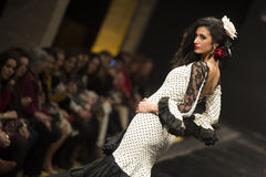 Carmen Rojo demonstreert inzameling in Pasarela Flamenca Jerez 2015 Royalty-vrije Stock Fotografie