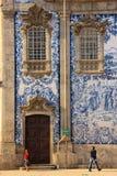 Carmo kyrklig sidofasad. Blåtttegelplattor. Porto. Portugal royaltyfria bilder