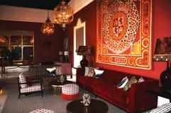 carmona西班牙 19 01 2019年 旅馆Padador 与大红色天鹅绒沙发和地毯的老古典西班牙内部在墙壁上 免版税库存图片