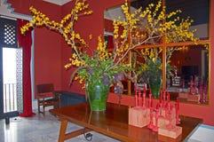 Carmona, Spagna 19 01 2019 Hotel Padador Grande vaso verde con i fiori gialli e le candele rosse sulla tavola fotografia stock libera da diritti