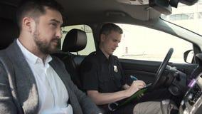 Carné de conducir del control del oficial de policía metrajes