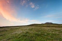 Carn Llidi, Pembrokeshire zielony wzgórze przy zmierzchem Fotografia Stock