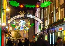 在Carnaby街,伦敦的圣诞节装饰 库存照片