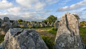 Carnac - piedras derechas de intriga en Carnac en Bretaña en Francia del noroeste, creada alrededor 3000 DC francia Imagen de archivo