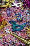 Carnaval-bugel en blauw Carnaval-masker over confettien en multi-colored wimpels royalty-vrije stock fotografie