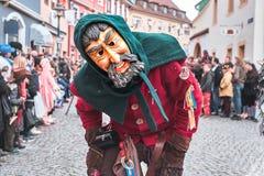 Carnaval-cijfer met mensenmasker met baard Straat Carnaval in zuidelijk Duitsland - Zwart Bos stock afbeelding
