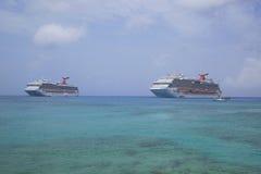 Carnaval-de Droom en Carnaval Glory Cruise Ships verankeren bij de Haven van George Town, Grote Kaaiman Royalty-vrije Stock Fotografie
