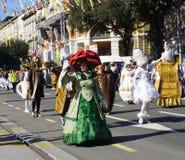 Carnaval-de Groep gemaskeerde mensen in het kostuum van Schoonheid en het dier filmen groeten op de parade stock fotografie
