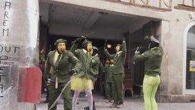 Carnaval de Limoux Desfile dos participantes nas máscaras video estoque