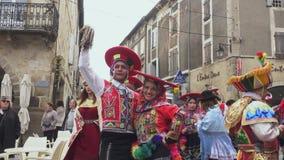 Carnaval de Limoux Participantes dentro em trajes tradicionais do Peru filme
