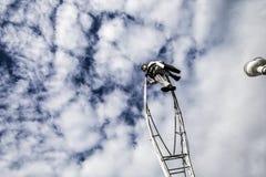 Carnaval de Nice, bataille de ` de fleurs Nuages sur le ciel bleu clair avec un acrobate dans le costume d'homme d'affaires Image libre de droits