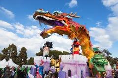 Carnaval de Nice en Côte d'Azur C'est l'événement principal de l'hiver de la Riviera Le thème pour 2013 était roi des cinq contin Photo libre de droits
