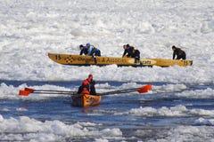 Carnaval de Quebec: Raza de la canoa del hielo foto de archivo