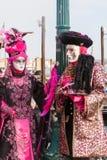 Carnaval de Venecia, Italia Un par vestido en rosa brillante como Imagenes de archivo