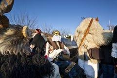 Carnaval-doodskist met maskers in 'Busojaras', Carnaval van de begrafenis van de winter Royalty-vrije Stock Afbeeldingen