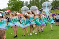 Carnaval du défilé de festival de géants dans Telford Shropshire Image libre de droits