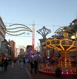 Carnaval en el centro de ciudad adornado para la Navidad Imagen de archivo libre de regalías