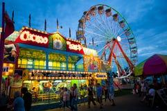 Carnaval et Ferris Wheel le soir photo stock