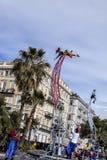 Carnaval famoso de agradável, batalha do ` das flores Duas acrobatas no polvo mecânico fotografia de stock