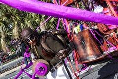 Carnaval famoso de agradável, batalha do ` das flores O anfitrião masculino no traje do carnaval lança fitas coloridas fotos de stock royalty free