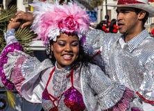 Carnaval famoso de agradável, batalha do ` das flores Um par de dançarinos imagens de stock