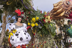 Carnaval famoso de agradável, batalha do ` das flores Uma mulher no traje branco e em flores amarelas fotos de stock