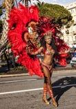 Carnaval famoso de Niza, batalla del ` de las flores Bailarines de la samba Foto de archivo libre de regalías