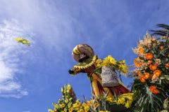 Carnaval famoso de Niza, batalla del ` de las flores Un actor de la mujer lanza mimosas fotografía de archivo