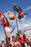 Carnaval famoso de Niza, batalla del ` de las flores Un flotador grande con los estudiantes jovenes en gastronomía fotografía de archivo