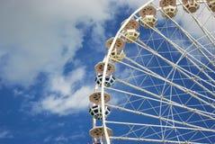 Carnaval Ferris Wheel no backgroud manhoso azul da nuvem Imagem de Stock