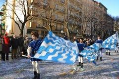 Carnaval - flag-wavers medievais imagens de stock royalty free