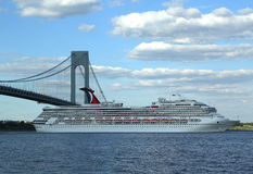 Carnaval Glory Cruise Ship quittant New York Photos stock