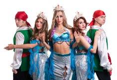 Carnaval-het dansersteam kleedde zich als meerminnen en piraten Geïsoleerd op wit Stock Foto's