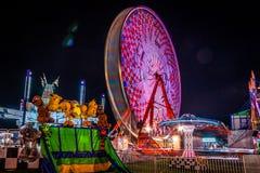 Carnaval la nuit - les tours dans le mouvement ont modelé des lumières d'amusement Image stock