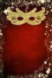 Carnaval-masker op gouden en rode achtergrond Stock Afbeeldingen