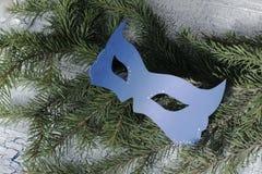 Carnaval-masker op Kerstmisboom royalty-vrije stock foto's